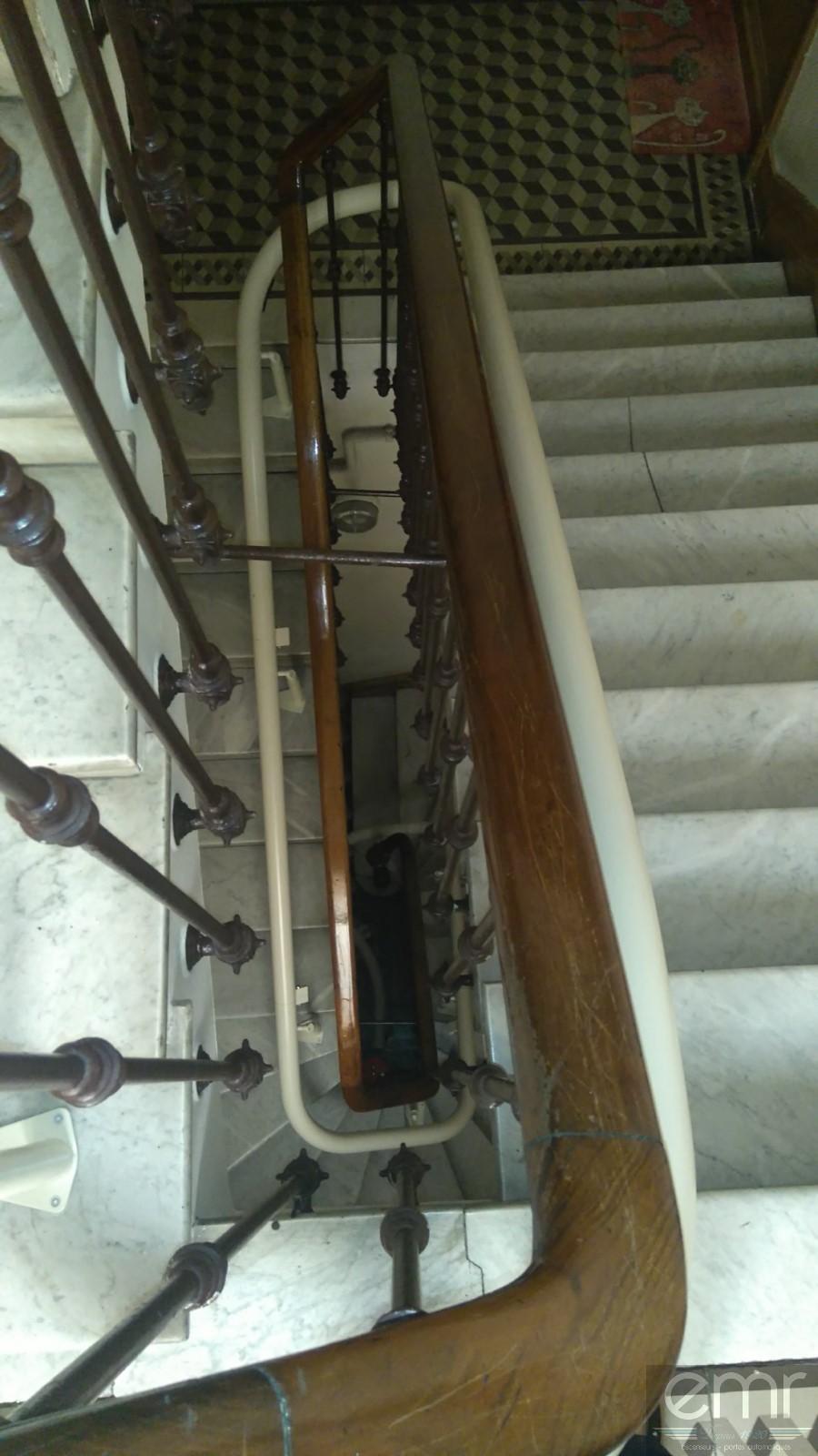monte escalier dans immeuble