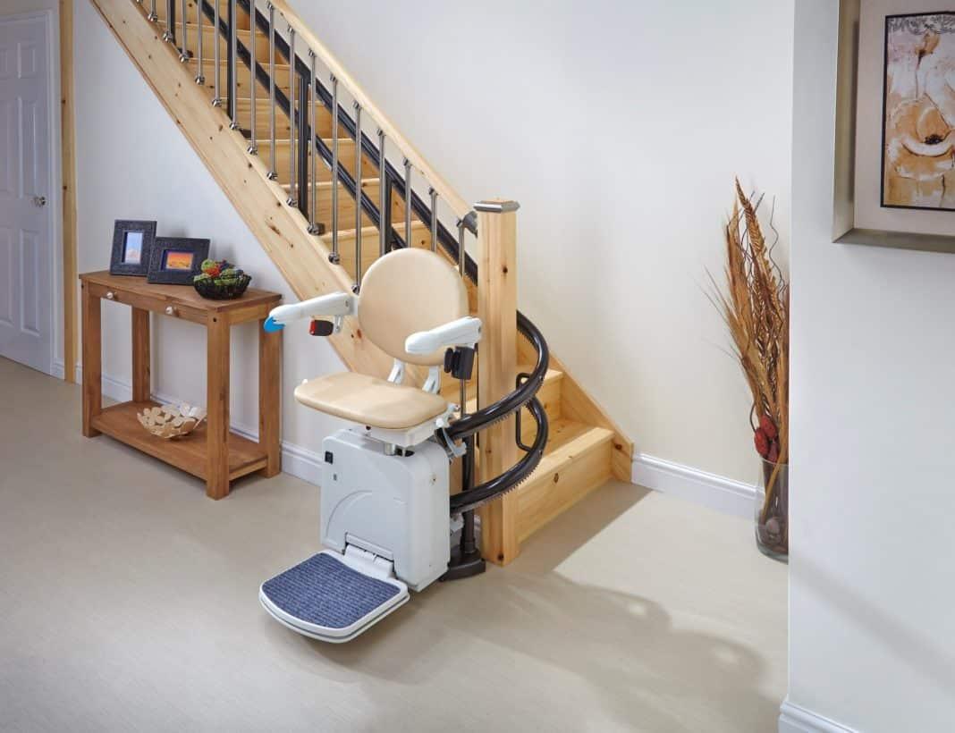 monte escalier debout
