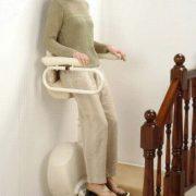 monte escalier position debout